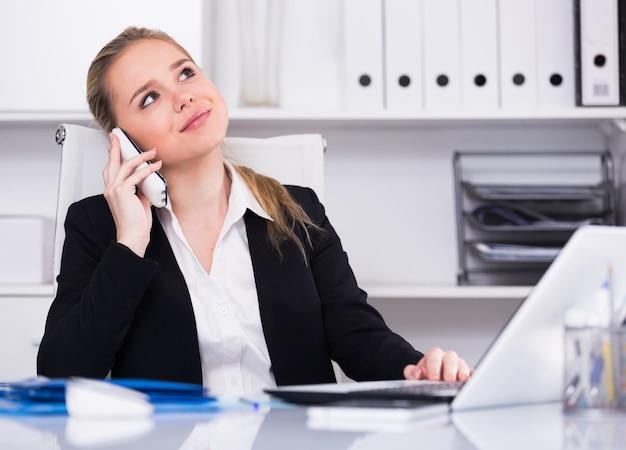 ビジネスの女性は、電話を使用して