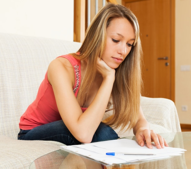 Женщина, работающая с бумагами