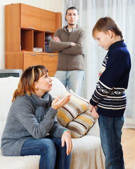 ティーンエイジャーを叱る母と父