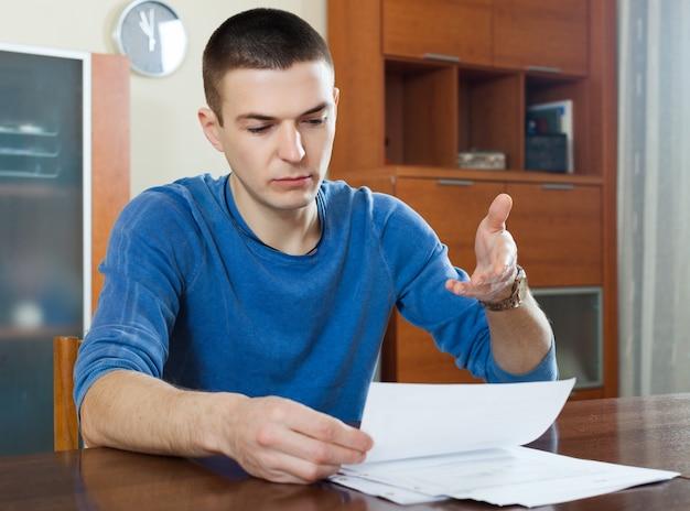 男は財務書類を記入する