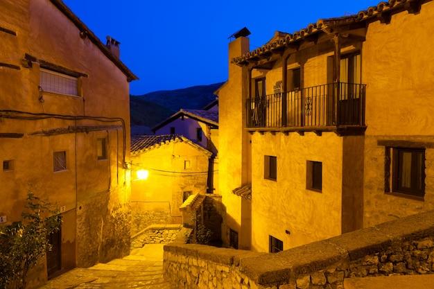 夜のスペインの町の景色。アルバラシン