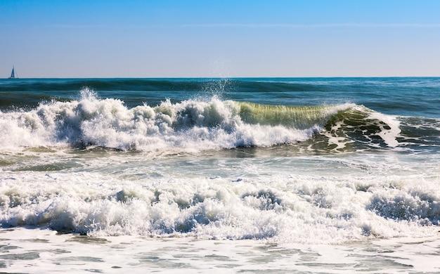地中海の海の波