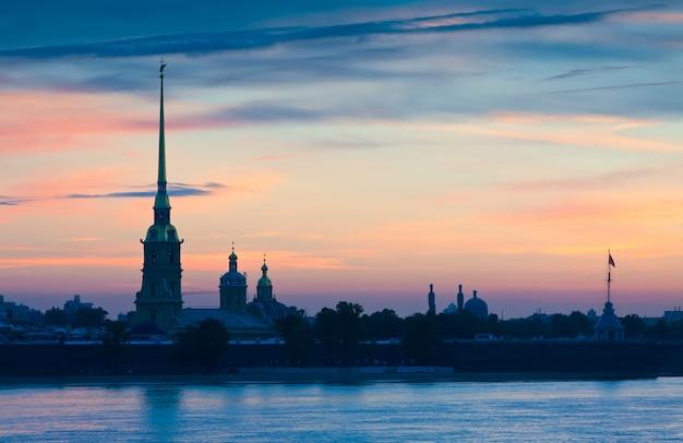夏の夜明けにピーターとポール要塞
