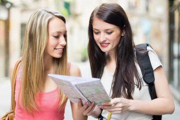 Две счастливые девушки с картой