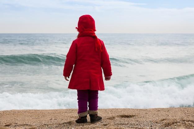 風の日のビーチの女の子