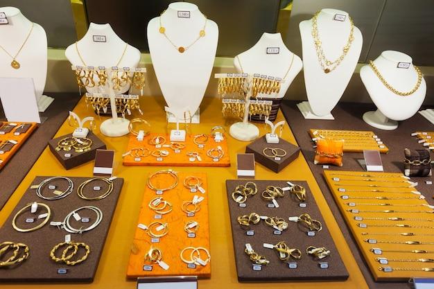 店の窓の黄金の宝石類