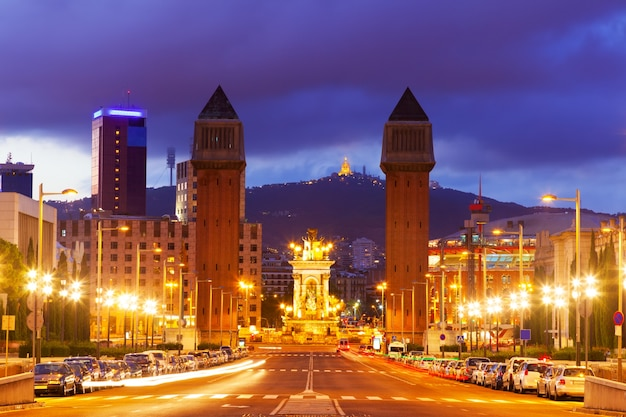 Вид на площадь испании в барселоне в ночное время