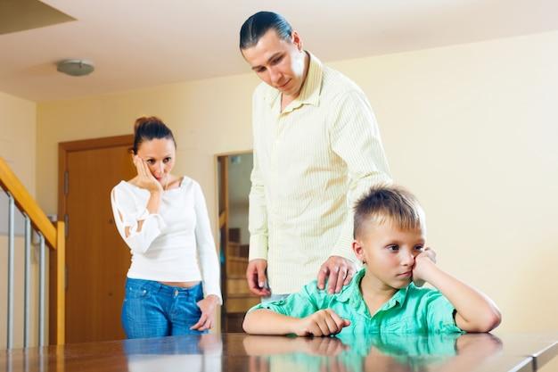 ティーンエイジャーの息子を叱る親たち。少年のみに焦点を当てる
