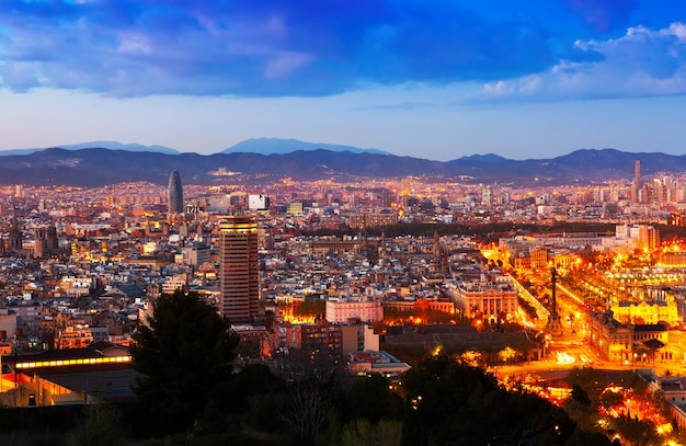 夜のバルセロナの街