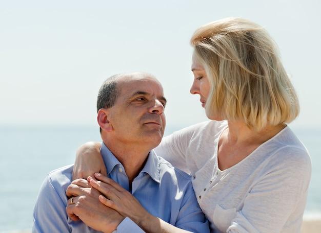 海で一緒に成熟したカップル