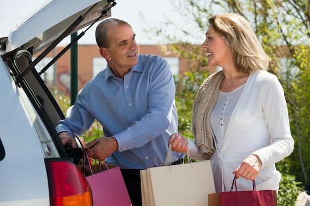 成熟した夫婦とショッピングバッグ