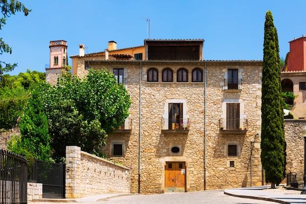 ヨーロッパの街の古い通り。ジローナ