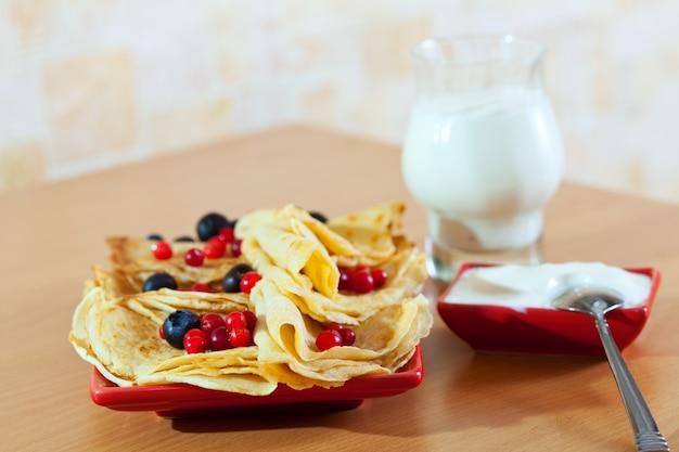 Сладкие блины с ягодами и молочными продуктами