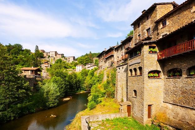 中世のカタロニア村の古い絵のような景色