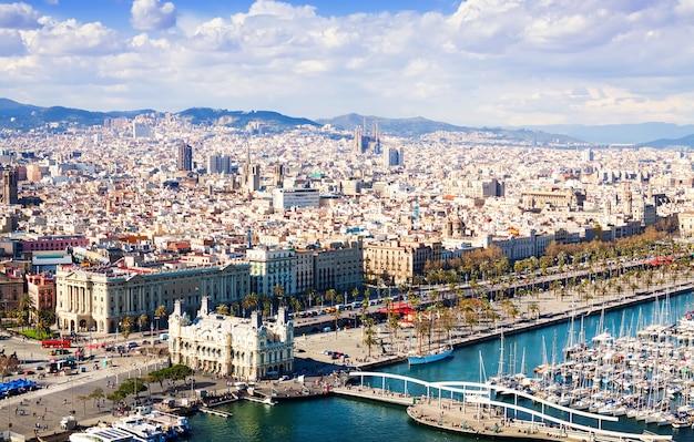Вид на город барселоны. каталония
