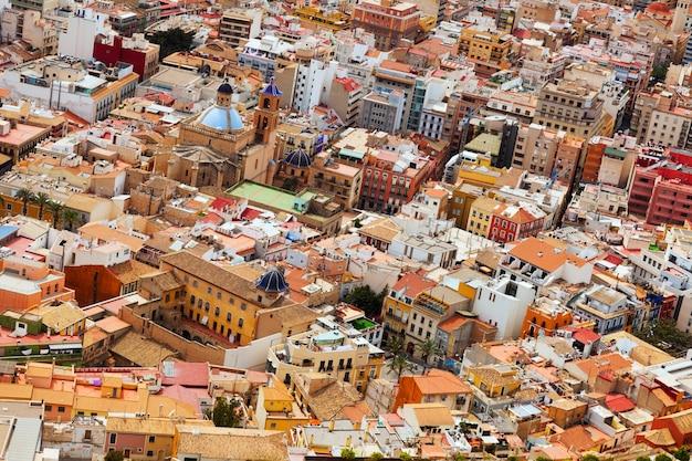 古いヨーロッパの街の眺め。アリカンテ