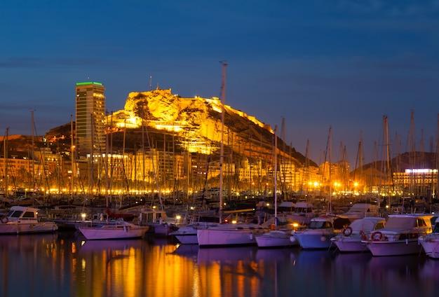 夜の港の眺め。アリカンテ