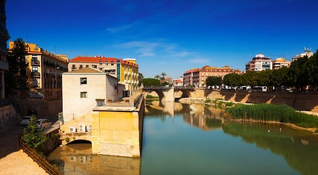 Река сегура с древним каменным мостом. мурсия