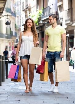 ショッピングツアーの若い観光客
