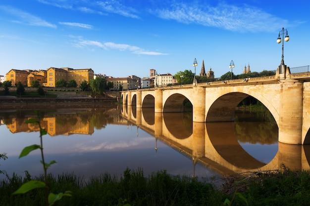 Мост через реку эбро. логроньо, испания