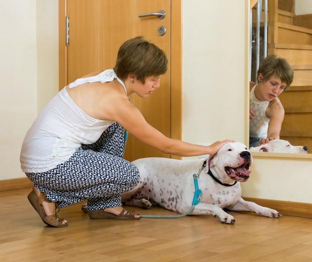 Счастливая женщина, принимая собаку на прогулку