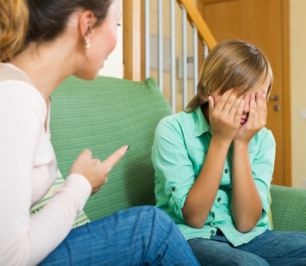 十代の息子を叱る母親