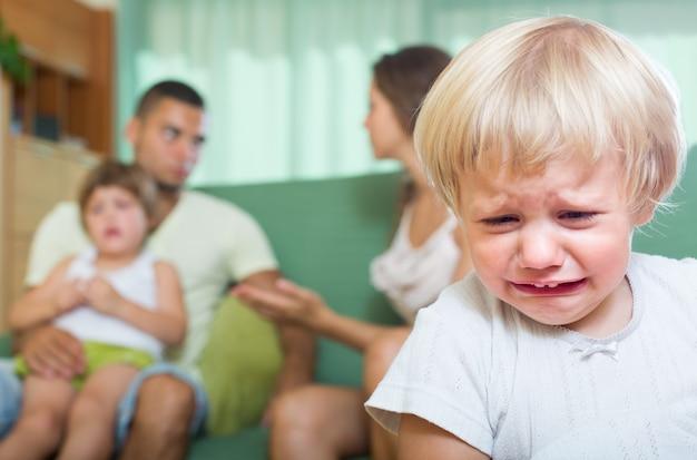 喧嘩している子供たちとのカップル