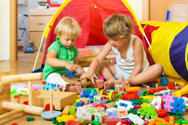 おもちゃで遊ぶ子供たち