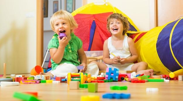 ブロックを遊んでいる子供たち