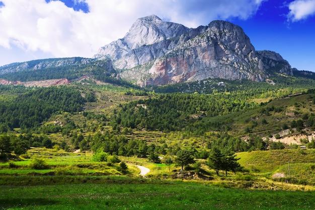 Педра форка - белая скалистая гора в пиренеях