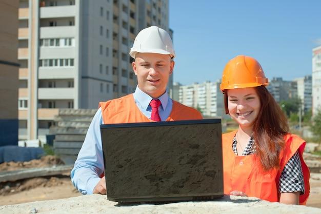 Строители работают на строительной площадке