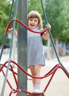夏の遊び場エリアの女の子