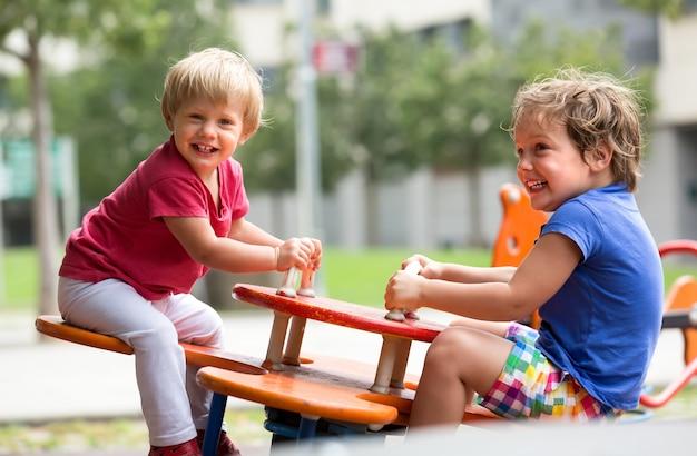 遊び場で楽しい子供たち