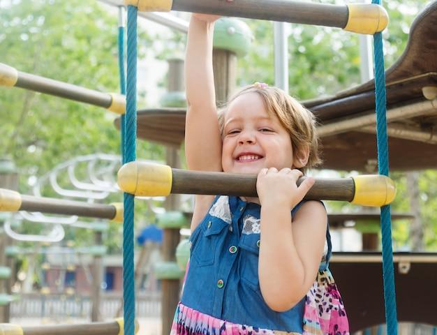 Девушка развивающая ловкость на детской площадке