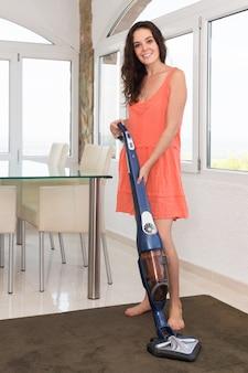 Девушка пылесосом гостиной