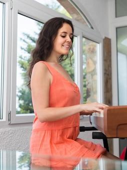 女性ミュージシャン演奏シーケンサー