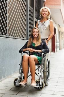 Счастливая женщина в инвалидной коляске на открытом воздухе