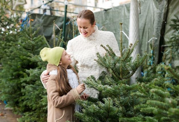 新年の木を選ぶママと女の子