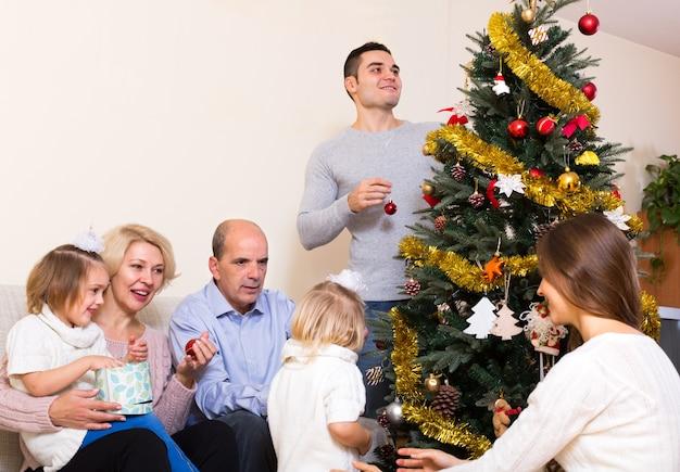 新年の木を飾る家族