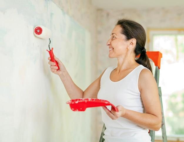 女性は家で修理する