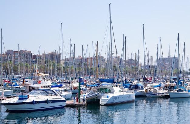 ポートヴェルに横たわるヨット。