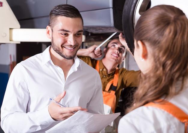 サービスマネージャーと乗組員
