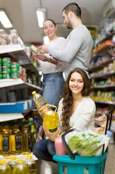 Клиенты выбирают масло семян в магазине