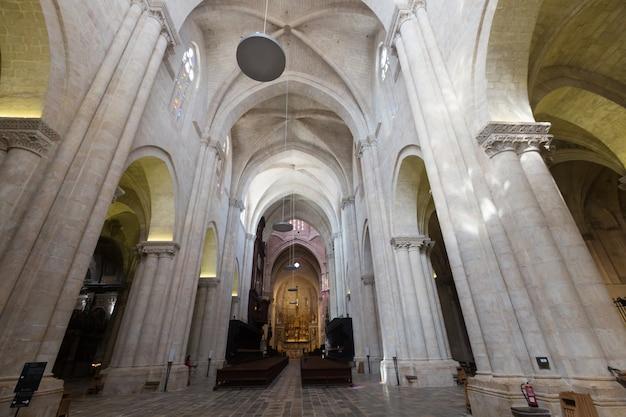 ゴシック様式の大聖堂のインテリア