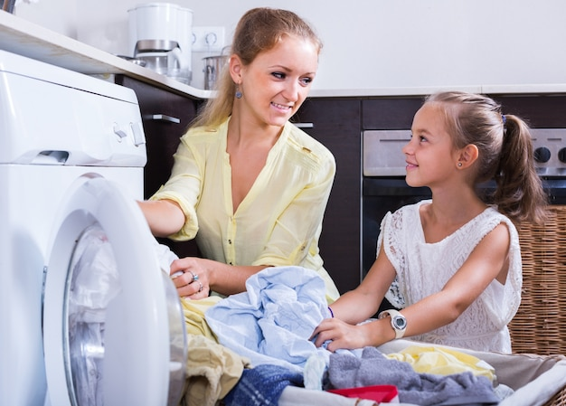Мама и дочь с бен возле стиральной машины