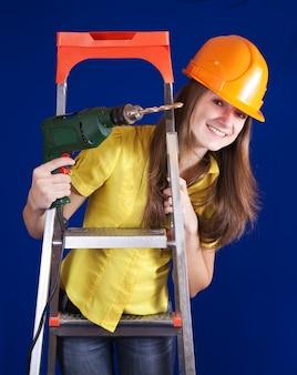 女性の建設労働者とドリル