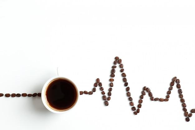 Кардиограмма окрашены с кофе в зернах фона с пространством для текста на вершине.