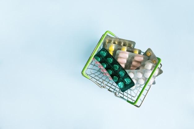 青のステンレス鋼のバスケットにさまざまな薬水疱。薬をクローズアップ。