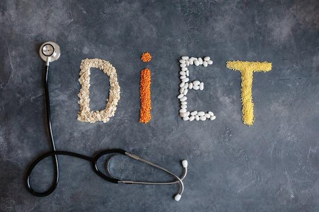 心臓ダイエット抽象の健康食品。栄養士は健康的な食事を提供します。健康的な生活様式。心と黒板医療抽象の心電図で健康食品。