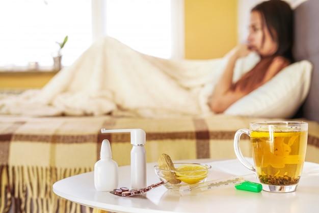 Молодая женщина чувствует себя больным в помещении